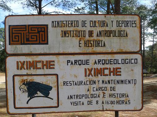 Cartel de bienvenida a Templo Maya Iximché, Tecpán, Guatemala