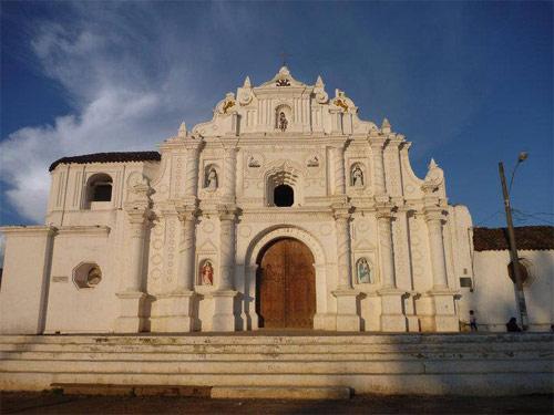 Fachada de la iglesia de San Juan Bautista