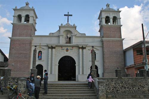 Entrada a la iglesia nueva de San Juan Bautista