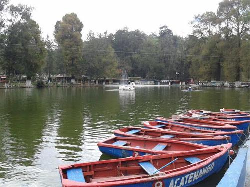 Lanchas para recorrer la Laguna de los cisnes, Los Aposentos, Guatemala