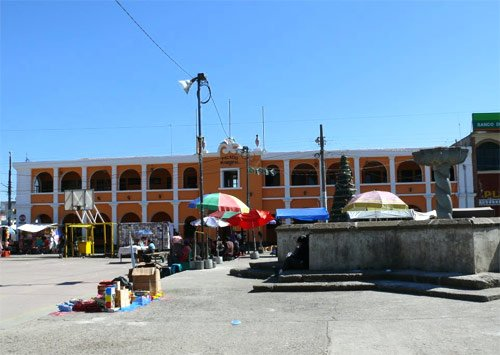 Palacio municipal a un costado de Plaza central de Tecpán, Guatemala
