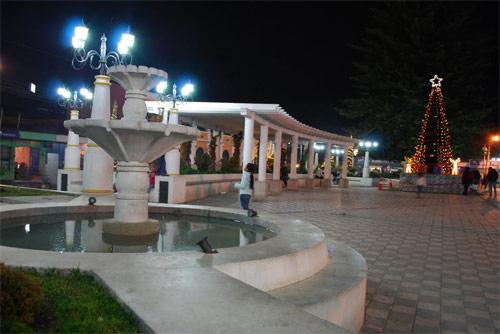 Plaza central de Tecpán, Guatemala al anochecer en época navideña