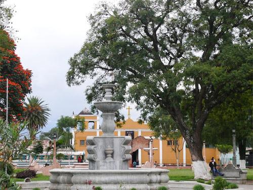 Fuente en Plaza central de Parramos, Chimaltenango con Iglesia al fondo