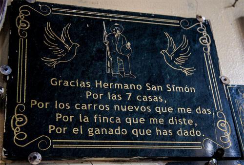 Placa de agradecimiento a San Simón en iglesia de Parramos, Chimaltenango
