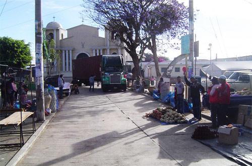 Calle e Iglesia San Simón al fondo, San Andrés Itzapa, Guatemala