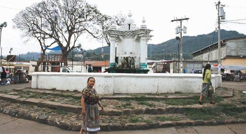 Plaza central de San Andres Itzapa, Chimaltenango, Guatemala