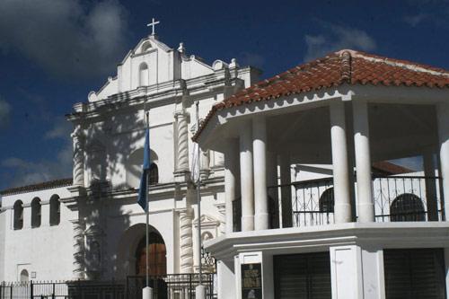 Catedral San Francisco de Asis, y kiosko en Plaza Central de Tecpán, Guatemala