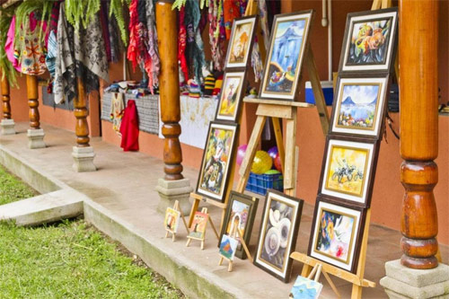 Comercio de trajes típicos y cuadros en San Ricardo Farm & Lodge, Guatemala