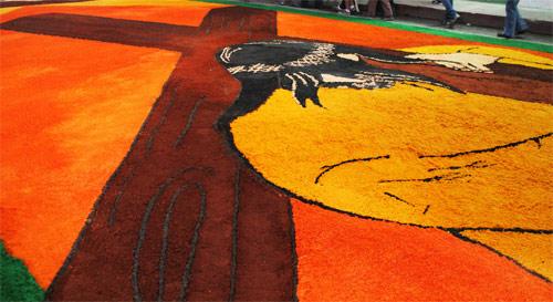 Alfombra de Semana Santa en calle principal de Huehuetenango, Guatemala