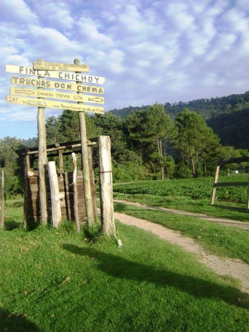 Indicaciones hacia Finca Chichoy y producción de truchas