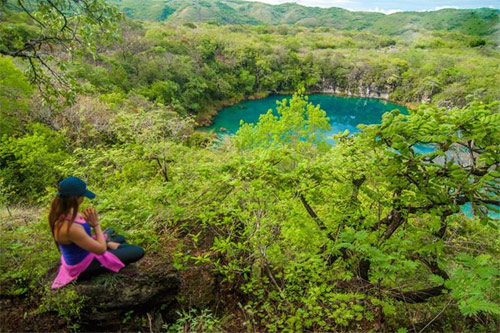 Práctica de yoga en los Cenotes de Candelaria, Nentón, Huehuetenango