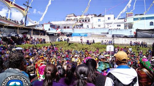Presentación de danzas folkloricas en San Mateo Ixtatán, durante la fiesta patronal.