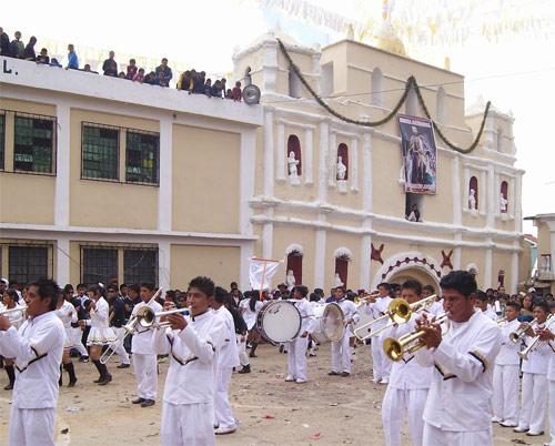 Participación de bandas escolares durante la fiesta patronal de San Mateo Ixtatán, Huehuetenango