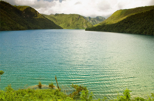 Laguna Brava, Huehuetenango, Guatemala, con aguas cristalinas