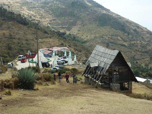 Vista general del Mirador Juan Diéguez Olaverri, y las cabañas abandonadas, Huehuetenango