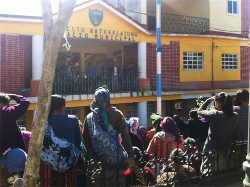 Comunidad reunida en el Palacio municipal de San Mateo Ixtatán, Huehuetenango