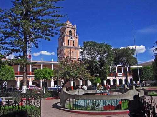 Palacio Municipal en Plaza de Armas, con Mapa en relieve al centro, Huehuetenango, Huehuetenango.