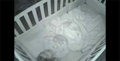 Captan a niña rezando por su familia antes de ir a dormir.