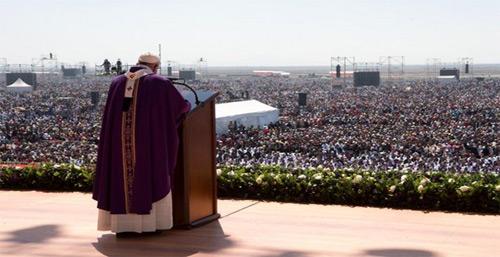 Papa clama por un México sin migrantes.