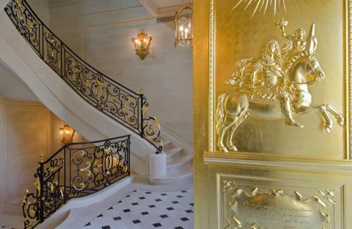 Detalles en oro en las puertas de la mansion mas cara del mundo