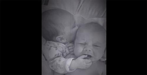 Bebé le da su pulgar a su hermano gemelo para que deje de llorar. Bebé le da su pulgar a su hermano gemelo para que deje de llorar.