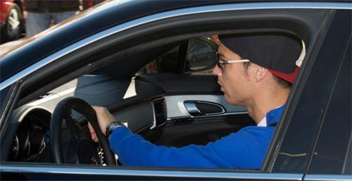 Cristiano Ronaldo y su nuevo juguete.