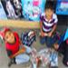Niños hacen ecoladrillos para obtener útiles escolares.