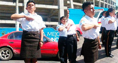 Bombero guatemalteco portó el traje de Sololá en su acto de graduación.