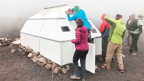 Montañistas guatemaltecos construyen refugio en la cima del Volcán Acatenango.