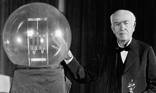 Thomas Alva Edison y su invento, la bombilla