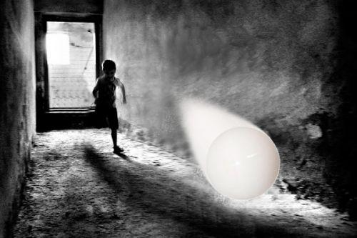 Niño corriendo pelotita Sombreron