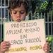 Niño protesta por el envenenamiento de su perro.
