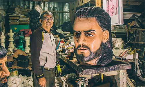 Así luce la escultura de Ricardo Arjona que fue elaborada por originario de Alta Verapaz.