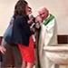 Sacerdote es sancionado por pegarle a un bebé.