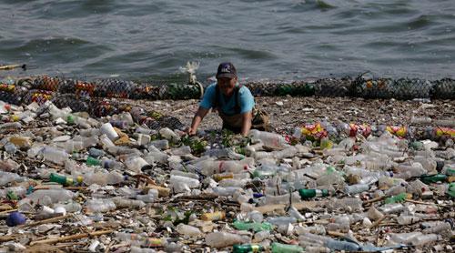 Extraen 30 mil metros cúbicos de basura en el lago de Amatitlán
