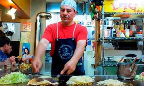 López conquista Japón con su delicioso platillo okonomiyaki.