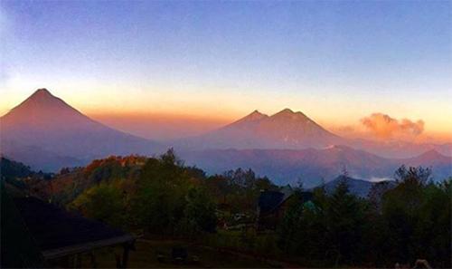 Vista de los volcanes desde Hobbitenango, Guatemala