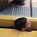 Aterrador rescate de un chico que quedó atrapado en un vagón del metro.
