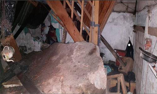Familia se salva de morir tras caer una enorme roca en su vivienda.