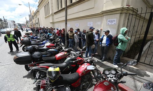 Largas filas de católicos para comprar su turno en las procesiones de Semana Santa.