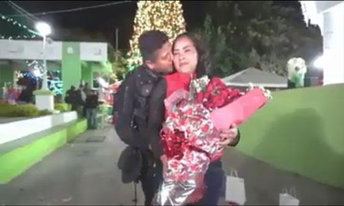 El romántico momento en que un Agente le pide matrimonio a su novia.