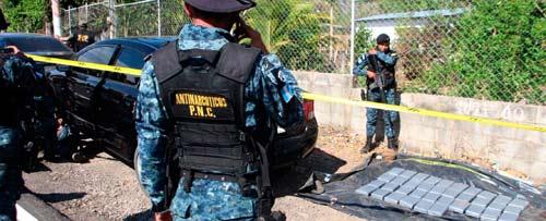 PNC decomisa 83 paquetes de cocaína ocultos en carros