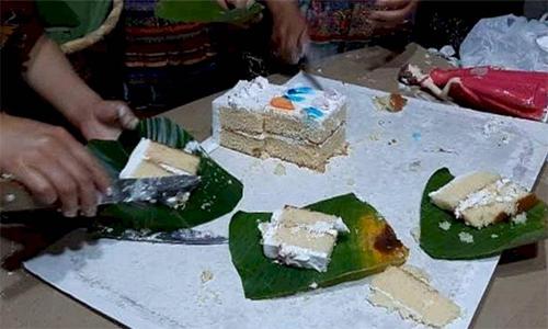 Utilizan platos ecológicos en fiesta de 15 años para repartir pastel