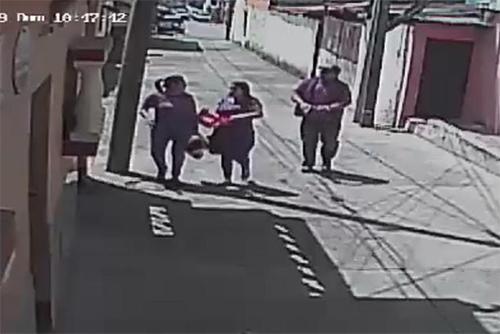 VIDEO | Dos mujeres son asaltadas en la puerta de su casa