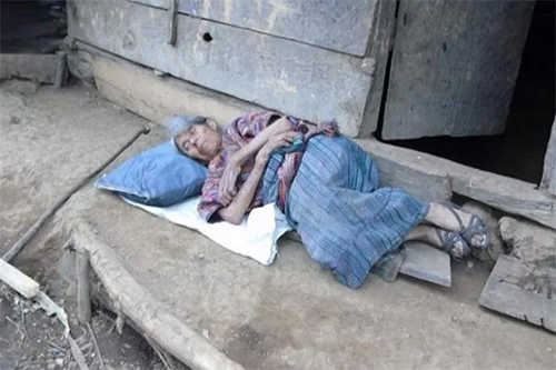 Construyen casa a la ancianita que fue abandonada en las calles por su hijo