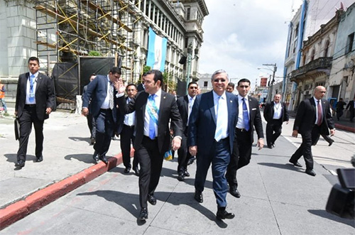 Jimmy caminó hasta el congreso y ciudadanos lo insultan a media calle