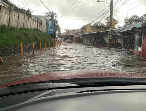 ¡PRECAUCIÓN! Fuertes lluvias provocan inundaciones en las calles de Mixco