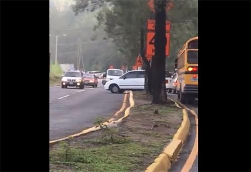 VIDEO | Conductor imprudente quedó atrapado en el arriate por evadir el tráfico