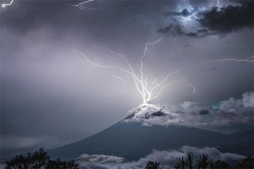 Fotografía de un rayo impactando el volcán de Fuego da la vuelta al mundo