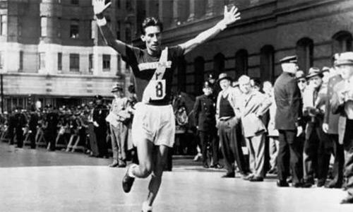 Mateo Flores al momento de cruzar la meta para ganar la Maratón de Boston en 1952